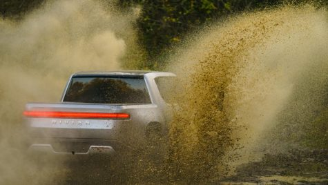 VIDEO: Pick-up-ul electric Rivian R1T poate întoarce ca un tanc