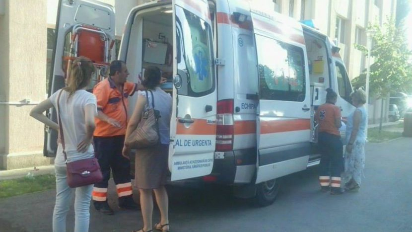 Mergeau încet cu ambulanța ca să poată fura combustibil