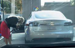 Ea e femeia care a încercat să pună benzină într-o Tesla