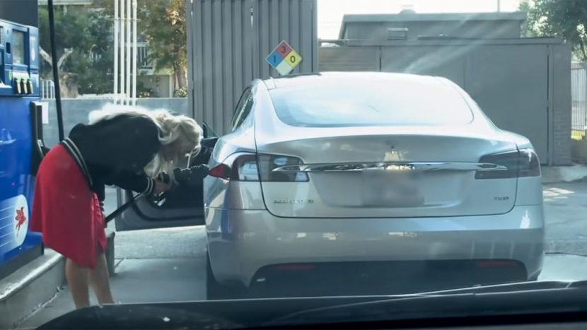 Tesla Model S la benzinărie
