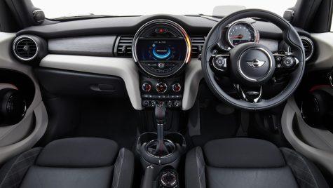 Condiții pentru a putea conduce o mașină cu volan pe dreapta în România
