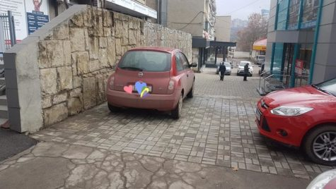 """O șoferiță cere iertare pentru parcare: """"Am parcat ca o …"""""""
