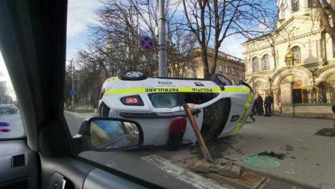 Duster răsturnat de o șoferiță în intersecție. Cum a reușit?