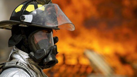 Soluția inedită aleasă de pompieri pentru a stinge un BMW i8 incendiat