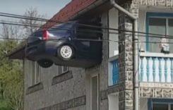 Viziune artistică bizară: Mașină Dacia Logan, zidită în peretele unei case, la etajul 1 (VIDEO)