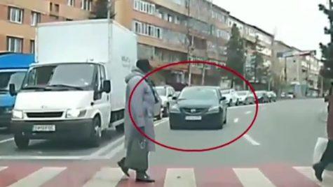 A depășit coloana și era să dea peste pietoni. Ce riscă șoferul grăbit?