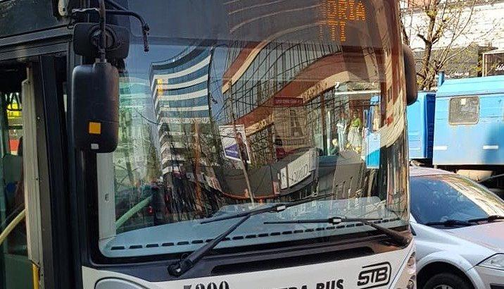 Șofer de troleibuz filmat făcând un lucru incredibil la volan, în București