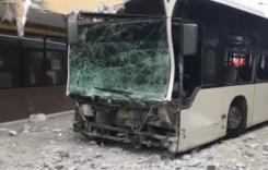 Accident în Capitală! Un autobuz STB a lovit patru mașini și a intrat într-un bloc!