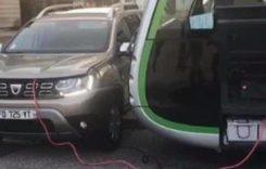 Dacia Duster salvează un autobuz electric rămas fără curent. Imagini incredibile