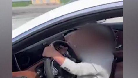 Un tată își filmează copilul de 5 ani conducând un Mercedes!