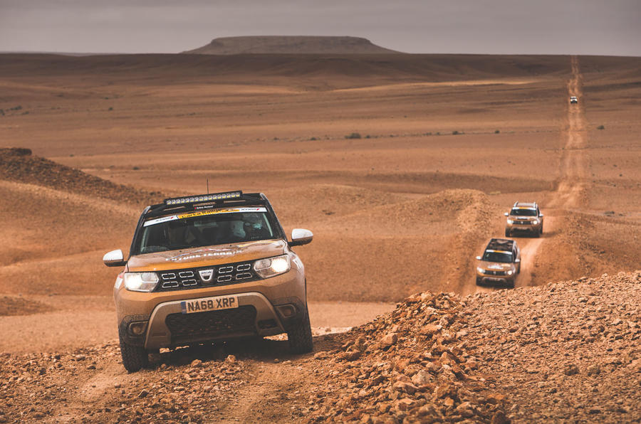 Dacia Duster in desert Autocar.co (2)