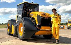 Acest tractor era așteptat pe câmp. În schimb… s-a dus la aeroport