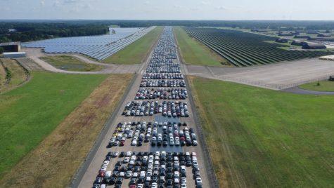 10.000 de Mercedes-uri depozitate pe pista unui aeroport. Care este motivul?