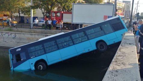 Un autobuz a căzut în Dâmbovița în centrul Bucureștiului