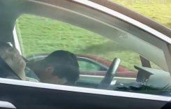 Viral: Un șofer doarme dus la volanul mașinii pe autostradă!