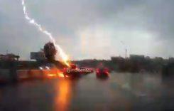 Imagini incredibile! O maşină a fost lovită de fulger de două ori într-o secundă (VIDEO)