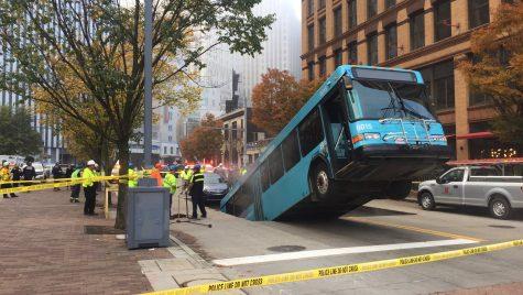 S-a surpat asfaltul! Un autobuz s-a prăbușit într-o groapă