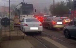 București – O șoferiță i-a cerut vatmanului să mute tramvaiul ca să o lase să treacă!