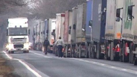 Transportatorii amenință cu ample PROTESTE la frontiera cu Ungaria: 'Sunt ZECI DE KILOMETRI de camioane la graniță'