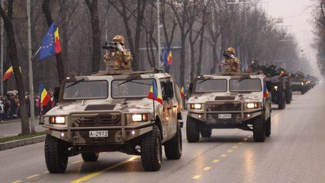 Vehicule Humvee și URO Vamtac din dotarea Armatei Române sunt prezente pe străzile din București pentru a impune carantina generală