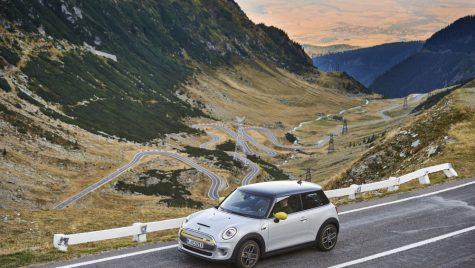 Primul automobil electric din istoria Mini pe Transfăgărășan