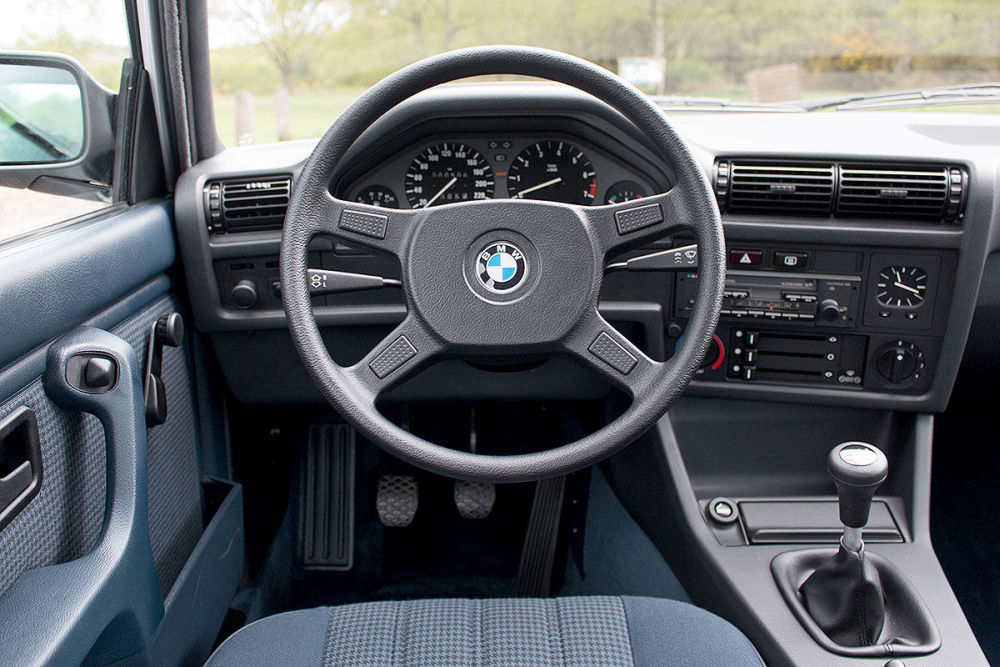 BMW 325iX de 34 de ani cu doar 508km la bord scos la licitatie
