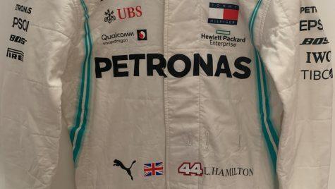 Combinezonul lui Lewis Hamilton se vinde la o licitație Bonhams în scop caritabil