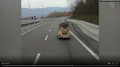 Un Renault 4 din Franța în sudul Italiei în vreme de carantină