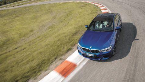 Test BMW M5 F90: Pe aripile vântului