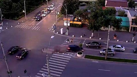 VIDEO: Accident spectaculos cu șase automobile implicate într-o intersecție din București