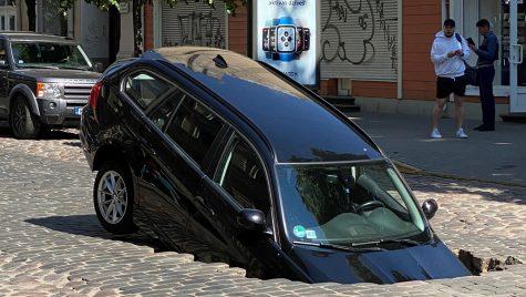 BMW Seria 3 E91 înghițit de o groapă în capitala Letoniei