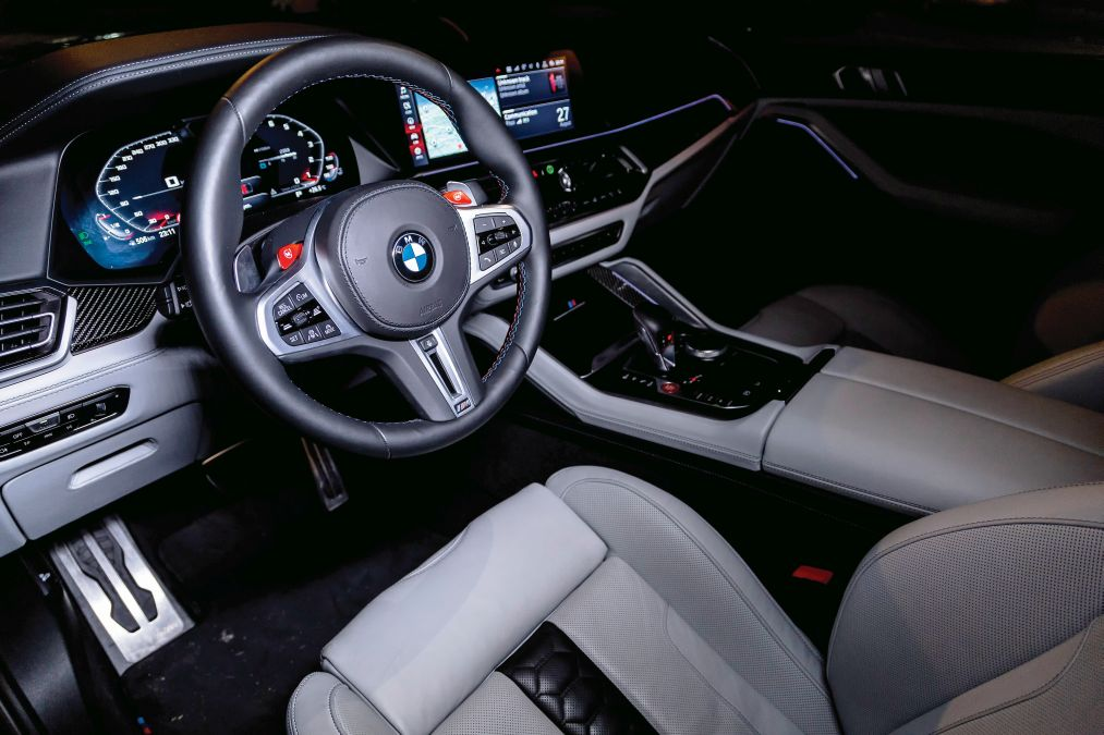 plansa de bord test BMW X6 M Competition