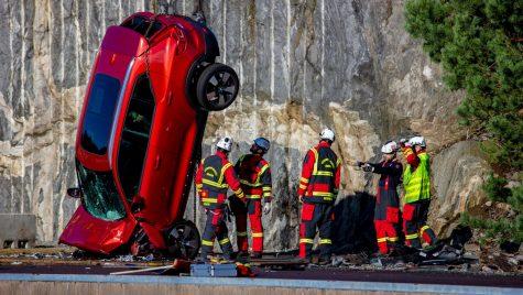 Crash test extrem pentru Volvo: mașini aruncate de la 30 metri înălțime