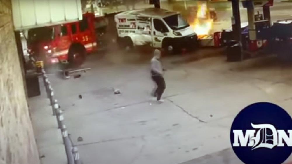 O mașină de pompieri a declanșat un incendiu în benzinărie autoexpert.ro