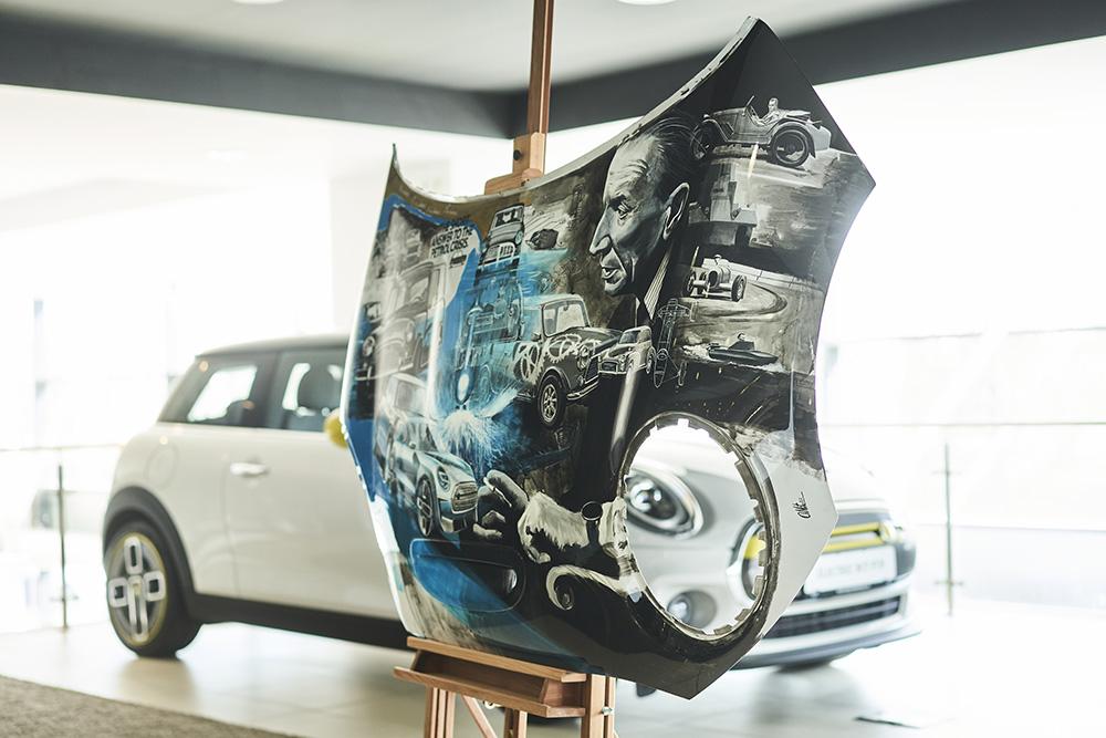Opere de artă pe două capote Mini autoexpert.ro
