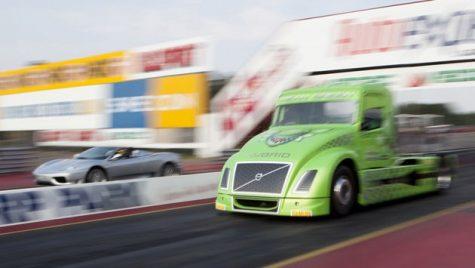 Video: Drag race între un cap tractor Volvo și un Ferrari