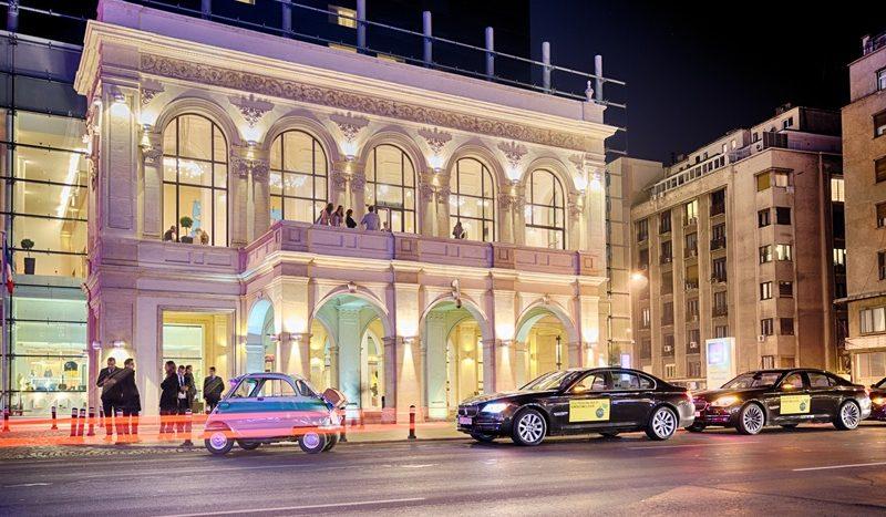 Un BMW Isetta defilând prin București