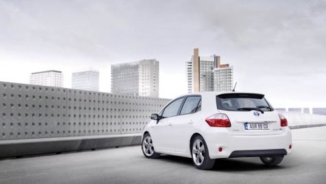 Toyota democratizează hibridul